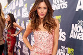2011年MTV电影大奖颁奖礼举行。Kayla Ewell一袭娇嫩的粉色吊带连衣裙,周身的亮片温暖却不张扬。