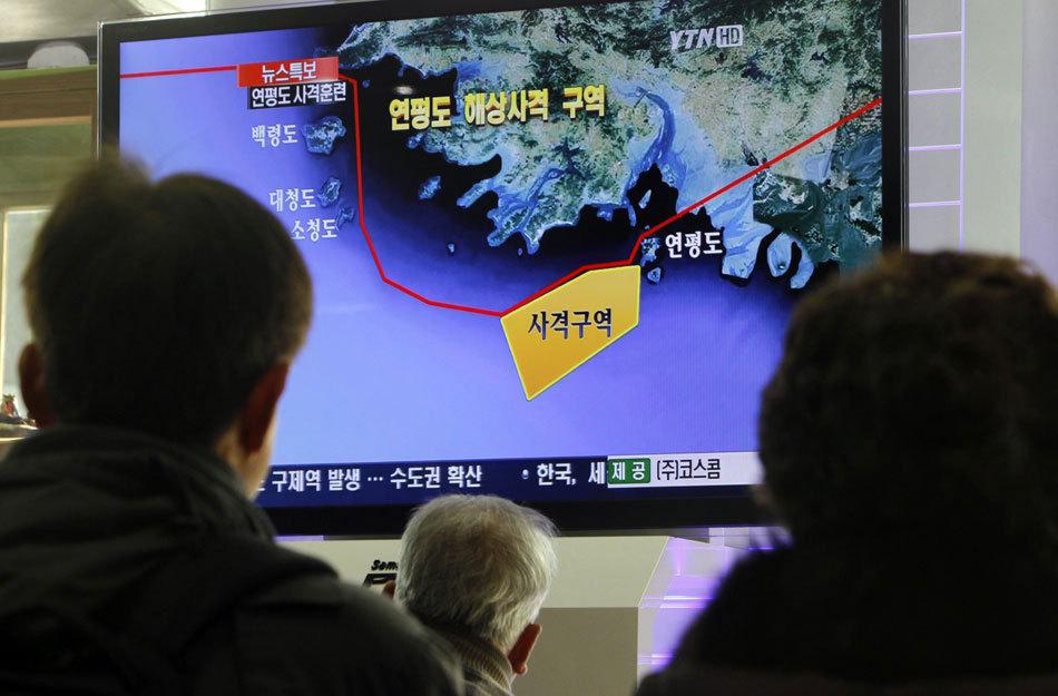 韩国民众观看军演电视直播[高清大图]