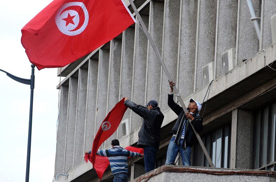 突尼斯冲突升级 总统流亡总理代行其职[高清大图]