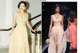 章子怡迪奥2011春夏早春度假系列,轻盈飘逸的裸色长礼服优雅迷人,深V的设计更添性感风韵,拖地的长度缔造仙女一般的唯美清新感。