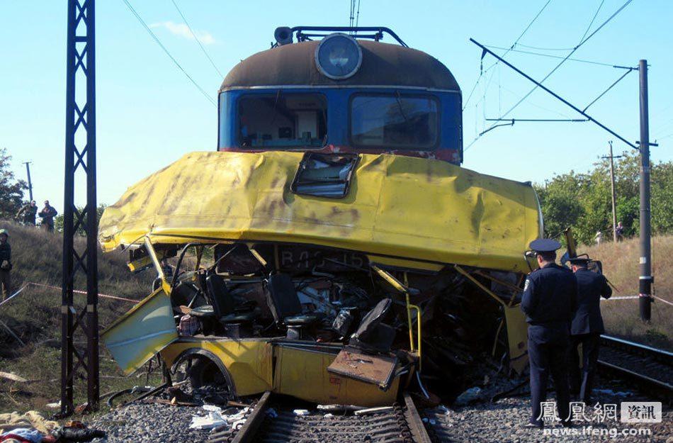 乌克兰大巴抢道与火车相撞致43死9伤[高清大图]