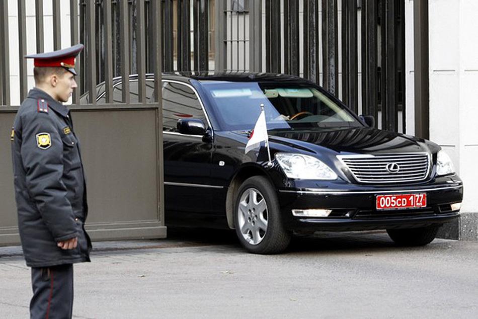 罗斯/11月2日,日本驻俄大使的车驶出大使馆。