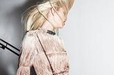 Alber Elbaz担当设计的Lanvin首个童装成衣系列由15个造型构成,以华丽的礼服为主,薄纱、褶皱都是他的拿手好戏,孩子们宛如小号的Lanvin淑女。其实早在1909年,品牌创始人Jeanne Lanvin就以制作精美绝伦的母女装起家,并因此崭露头角。相隔一个世纪之后,Alber Elbaz带领这家法国高级时装屋重温童装领域。