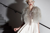 Alber Elbaz这一季灵感来源非常杂成:有擅长希腊式礼服裙的设计师Madame Grès、已故女星Elizabeth Taylor以及英国的两位王子Harry与William。于是有了那些飘逸的裙装、英气勃勃的军装礼服夹克以及40年代风格的连体裤。而这些风格同样影响到了他的童装领域,