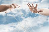 三、手掌中央有黑痣的人:    此手相比较少见,表示此人拥有无限的财富、福运、手中钱数愈数愈多,因此不会在意太多的细节,只关心全局,具有领导才能。