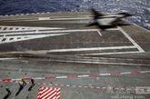 """法国海军""""阵风""""战机从戴高乐号航母上弹射起飞"""