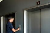 梦见坐观光电梯        梦境部分必须是欢快的上升模式,也就是愉快的坐观光电梯上去的姿态。观光电梯在梦境中印证的是上升和财运,能让人神清气爽,在事业上更能把握钱脉,如果你是职员,也许是要涨工资了,如果你是业务员,也许是要签单了,如果你是老板,也许又一个赚大钱的商机来了。此梦主正财。电梯小姐和对应工作人员做此类梦无此涵盖意义。