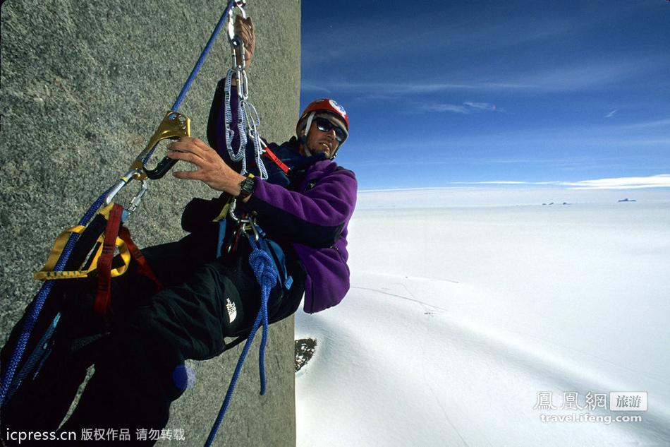摄影师抓拍站在悬崖边上的人,命悬一线