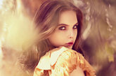 时尚名模Katherine-Clark拍摄了一组时尚大片,讲述了光与影的童话故事。Katherine-Clark一会是穿着羽毛礼服的轻盈少女,一会是穿着鱼鳞片裙装的美人鱼,搭配上松散的卷发如精灵一般美丽。