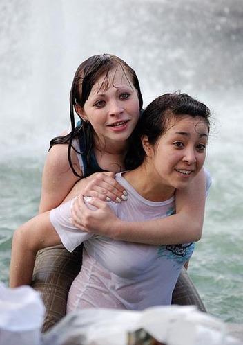 喷泉池变泳池 俄罗斯美女们戏水解暑
