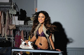 Britney Spears, Fergie, Jenny McCarthy,人们对Candie这个品牌如此印象深刻,跟上述这些女人的出镜不无关系。这一季,Candie的最新广告找来性感甜美的Vanessa Hudgens出镜,调皮的Vanessa Hudgens这次要完成生活中的很多功课,比如熨烫衣服,比如整理冰箱,比如骑自行车,正如Candie一贯的主题,女孩子应该相信自己能做好这世界上的任何事。当然,学习生活只是一个噱头,你知道她真正的武器,就是性感。