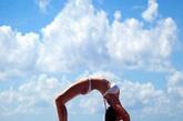 """夏天是个锻炼身体、减肥的好季节,没有一双长美腿,怎么敢称美女?这不世界各地的美女都练起来""""劈腿功""""。不仅能瘦腿,""""劈腿""""同时也是锻炼肝肾功能最好的办法哦。当你大腿内侧酸胀紧绷时,这紧绷的地方就是肝肾经的循行路线,在减肥美体的同时,有了健康的身体!"""