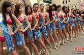 """国际比基尼小姐大赛中国选拔赛北京赛区活动在京城拉开序幕,参赛的30名佳丽将在长城、颐和园、故宫等风景区进行拍摄,展开系列赛事活动。国际比基尼小姐大赛是以""""时尚、健康、友谊、爱心""""为宗旨的世界顶级时尚选美赛事之一。图为参赛佳丽展示风采。"""