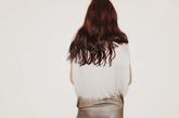 蝙蝠衫款收腰上衣盖住臀部的长度刚好弥补了下身的缺陷问题,五分的打底裤在上衣的搭配下显得双腿更加纤细修长。蕾丝镂空的蝙蝠衫充满女人味。