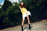 黄色的背心盖住臀部的长度刚好露出一双修长的双腿,后被的镂空是整身的亮点所在。白色的手袋配上黄色的明亮青春舒适的着装。