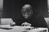 晚年朱德抱病工作。(来源:中国共产党新闻网)