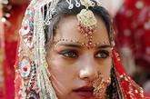 由于滥杀女婴之风盛行,导致许多乡村和城镇里都缺少新娘,印度女孩卡尔基被父亲许配给一户人家的5个儿子当老婆,受尽欺凌,遭遇悲惨……这是一部曾警醒印度的电影《没有女人的国家》,描绘了在21世纪的今日,印度性别歧视带来的恶果。