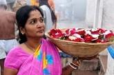 孟买所在的马哈拉施特拉邦,富裕的地方政府出台了现金激励政策:女婴一出生,就能在自己名下的账户里收到5000卢比(约合1000元人民币)的奖励。如果她能顺利完成学业、在18岁之后结婚的话,就可以拿到这笔钱。