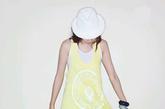 黄白色双层吊带长衫充满运动风的感觉,七分的打底裤露出半截小腿显得更具性感味道。如果觉得天气微冷套上一件白色长衫外套则多了份轻松舒适的感觉。
