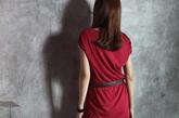 枣红色的长T有着一份成熟妩媚的味道,搭配稳重的黑色是最佳的选择。黑色高跟鞋拉长了腿部的线条,一款黑色闪亮的项链与整身相呼应。