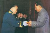 毛泽东为朱德授勋。