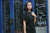 剪裁不对称的长衫十分俏皮,一字肩的设计露出性感的肩膀。前襟的荷叶边带出一抹小女人的味道。黑与白的两色搭配可以有着不同的风格演绎。