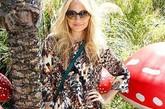 妮可·里奇 (Nicole Richie)的这身造型彰显一贯的波西米亚气质:Mulberry Heritage Bayswater手袋配同品牌丝绒上衣,坡跟鞋则还是她钟爱的House of Harlow。