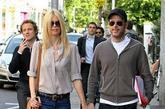 超模的另一身牛仔裤造型值得一看:Marc by Marc Jacobs象牙白色高领衬衣搭配英国本土设计师Chloe Lonsdale设计的MiH Jeans,随意清新感觉扑面而来。