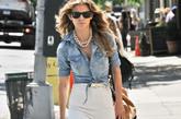 """安娜丽尼·麦考德(AnnaLynne McCord)现身纽约街头,底摆系起穿着的牛仔上衣加高腰阔腿裤,出街着装还是她独特的""""安娜丽尼""""式穿衣风格,酷酷的黑色眼镜来自雷朋,鞋子来自Aldo,超大翻盖包包来自Miu Miu,双贴袋装饰的白色裤子来自Brand Bette,售价为217美元。"""
