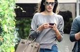 巴西名模亚历山大·安布罗休(Alessandra Ambrosio)在洛杉矶Robertson Blvd 购物,身着Salvatore Ferragamo 2011春夏新款浅褐色绒面系带平底凉鞋搭配短裤,凸显自己迷人的膝盖。