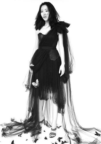 """,江一燕化身""""蝴蝶女"""",不仅身上裙装时有蝴蝶装饰,身边遍地"""