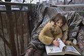 """这是摄影师Viktoria Sorochinski拍摄的一组项目,这组项目开始于2005年,Sorochinski每年都会帮她们拍一组。""""Anna(母亲)与Eva(女儿)是一对母女,我在2005年遇见她们,便被她们所吸引。她们之间孩子与成人的界限非常模糊。""""Sorochinski说,""""这大概和妈妈的年龄有关,我认识她们的时候,Eva3岁,Anna只有23岁,有时Anna表现得更像女儿,有时我也分不清她们俩究竟听谁的,她们互相学习着。""""(来源:凤凰网健康论坛)"""