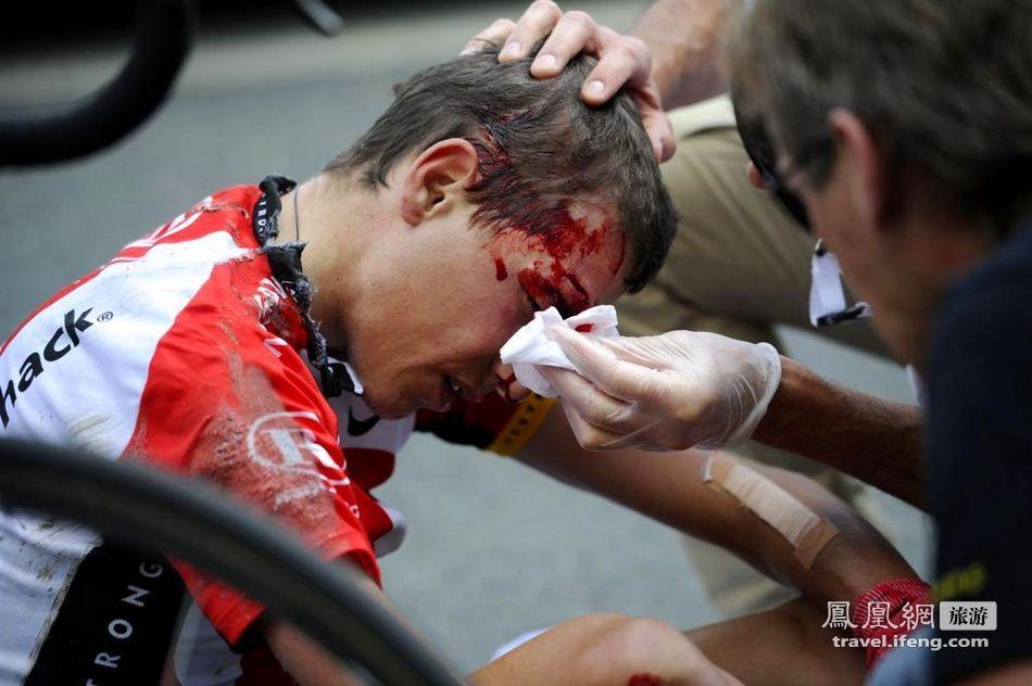 图为医护人员在为受伤运动员进行包扎.
