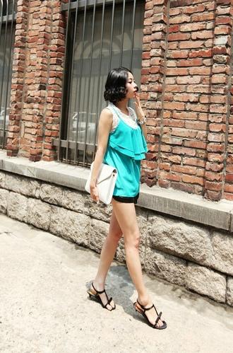 可爱优雅风格的背心,单穿也很棒哦,重叠搭配也非常适合,胸前