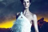 范思哲(Versace)2011秋冬广告大片中,荷兰超模萨斯奇雅·德·布劳(Saskia de Brauw)身穿白色羽裙、佩戴金色华美配饰,在仿佛冰火交融的背景映衬下,冷艳女神形象震撼力十足。