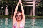 """新任大马""""拿汀""""胡静怀孕时曾经曝光过身穿比基尼在水中练瑜伽的大肚照。(图片来源:家庭医生在线)"""