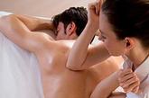 推脊椎增强免疫力脊椎及其两侧,是人体两条最大的经脉之一——督脉的行经之地,且有肝腧、肾腧等重要经络通过,属阳经汇集之处。护好后背,不受寒凉,身体则不易患病。平时可由家人帮助,从上到下,或从下到上,来回推拿脊柱及两侧,可边捏边向前推进,或拍打前进,每次5分钟即有疏通经脉之效。