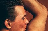 按摩的方法有两种:一是揉按,用右手食指、中指和无名指的指腹,先顺时针、后逆时针按摩腋窝各15次,然后换左手按摩右侧腋窝,每次持续3~5分钟即可,手法必须轻柔,以免损伤局部的血管和神经;二是弹拨,抬高一侧手臂,把另一只手的拇指放在肩关节处,用中指轻弹腋窝底,可时快时慢变换节奏,并左右交替进行。
