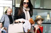 4月30日,身穿Victoria Beckham的贝嫂落地纽约机场,这位最忙碌的妈咪搭配McQ by Alexander McQueen黑色小西装和Victoria Beckham自家手袋。这样的知性款手袋有效掩饰贝嫂日渐隆起的肚子。