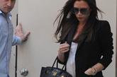 4月9日,贝嫂和爱子罗密欧一起在美国加州的贝佛利山庄巴尼斯纽约精品店 (Barneys New York)购物,简单黑白配却有效彰显气场,恨天高Christian Louboutin自然还是要出现的。