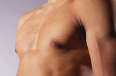 """最易操作:小腹和脚底    揉小腹有助健脾胃肚脐是人体精气比较集中的地方,也是中医里的一个重要穴位""""神阙""""。周围分别还有中脘、关元、气海等穴,轻轻揉按,对调整人体气血、改善体内脏腑功能都有好处。中医一直提倡""""腹宜常揉""""的保健方法,讲究的就是在醒后、睡前分别揉按小腹周围,长期坚持,可增加肠胃蠕动、增强脾胃功能。对小腹进行适当的热敷也能达到保健效果。可用略高于体温的热水袋或热毛巾,轻轻敷在肚脐上,数分钟后取下,每天坚持敷1~2次。"""