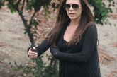 """""""贝嫂""""辣妹维多利亚在上周日早上7时55分顺利诞下女儿,她的此次怀孕历程再度颠覆了怀孕妈咪的形象。一起看看她的不寻常孕妈造型!   2011年5月28日,贝嫂参加儿子罗密欧的足球赛时,选择了一身黑色的造型,既有型又有效遮掩身型。Christian Louboutin的及踝靴照样要穿,宽松的Rick Owens针织衫搭配黑色leggings,即使不是孕妇,这一身造型也超有感觉。"""