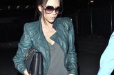 """3月13日,贝嫂现身美国洛杉矶机场。Marc Jacobs褶皱夹克一改孕妇臃肿的印象,Cutler and Gross 0811太阳镜搭配贝嫂自己品牌2011春夏系列的黑色锁链包,""""无敌辣妈""""的名号果然不是浪得虚名;鞋履方面,Christian Louboutin高跟鞋继续充当了""""足下伴侣""""的角色。"""