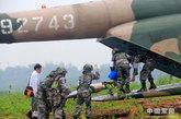 乘坐直升机前往军区总医院作进一步治疗
