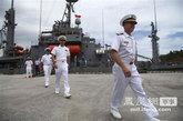 """7月15日,美国""""保护者""""号辅助支援舰的舰员上岸。"""