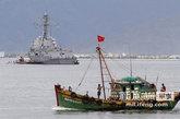 """7月15日,美国""""钟云""""号驱逐舰访问越南岘港。"""