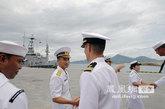 访问越南岘港的美军海军官兵