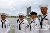 访问越南岘港的美军水兵
