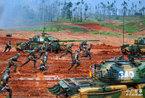 成都军区某装甲旅训练:59D坦克与步兵协同冲击