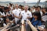 来访的美军指挥官汤姆·卡尼少将接受媒体的访问。
